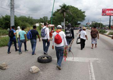 Maestros mexicanos durante un bloqueo el jueves en Tuxtla Gutiérrez