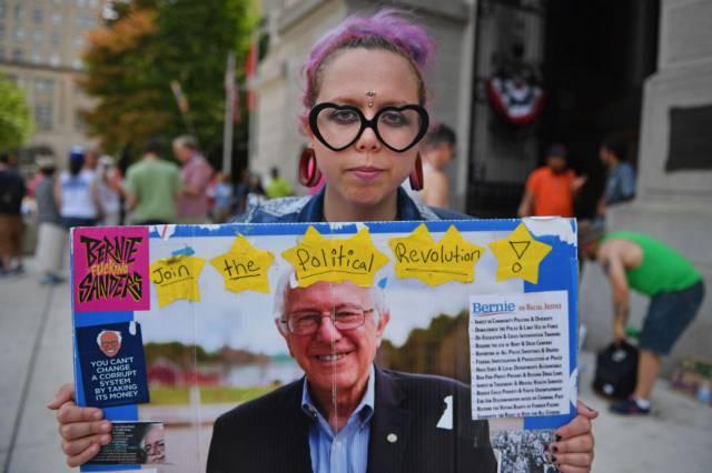 Los partidarios del senador Bernie Sanders se manifiestan en Filadelfia