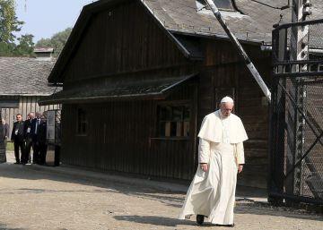 El Papa Francisco reza en silencio en el campo de exterminio de Auschwitz
