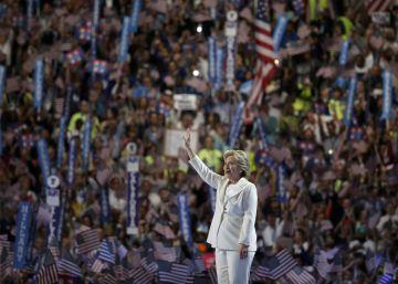 La candidata demócrata recibe una ovación de los delegados en Filadelfia.