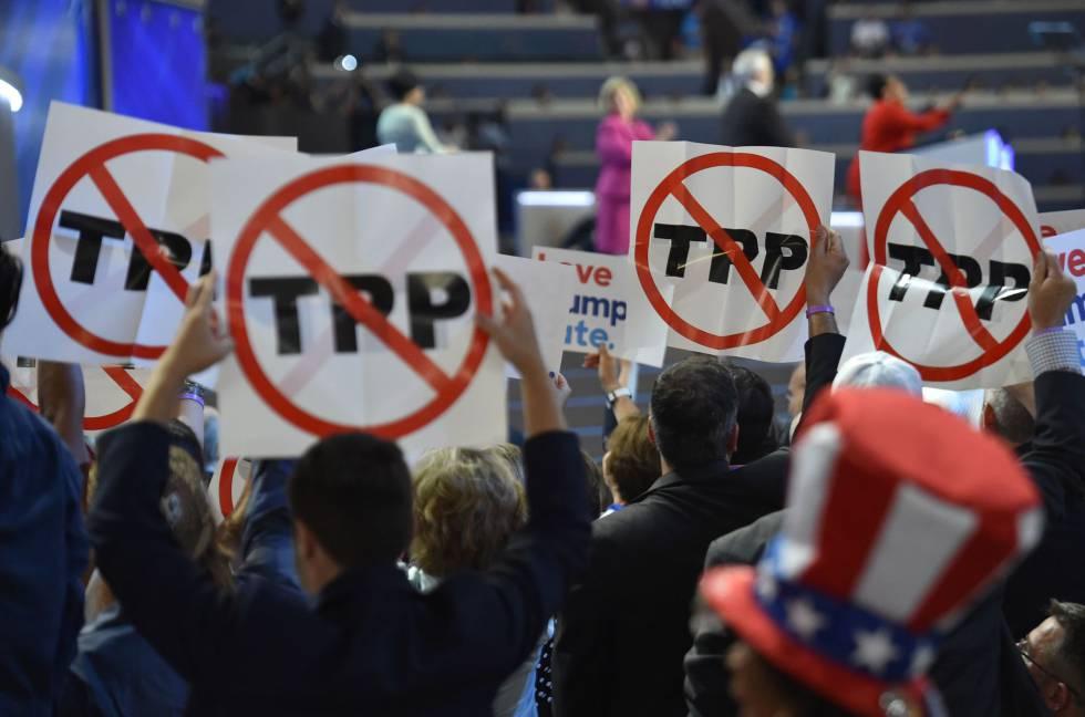 Delegados con carteles contra el TPP durante la convención demócrata en Filadelfia.