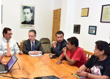 Roberto Campa, del Gobierno mexicano, en una reunión con familiares de los 43.