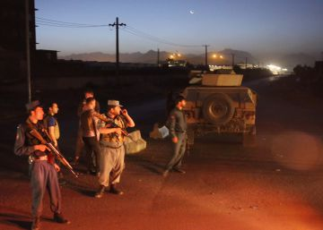 Un policía y tres atacantes muertos en un ataque contra un hotel en Kabul