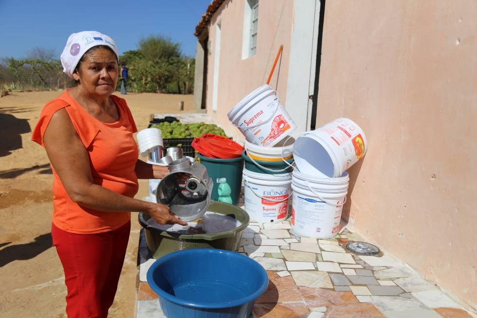 Mujer lava la loza en Pernambuco, noreste brasileño.