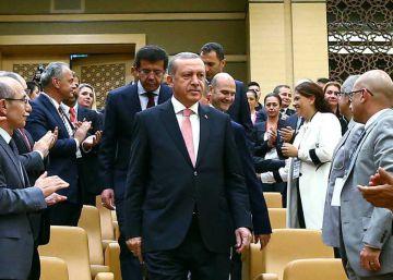 Erdogan acusa a Occidente de apoyar a los golpistas turcos