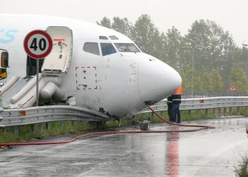 Un avión sale de la pista en Italia y termina en una carretera
