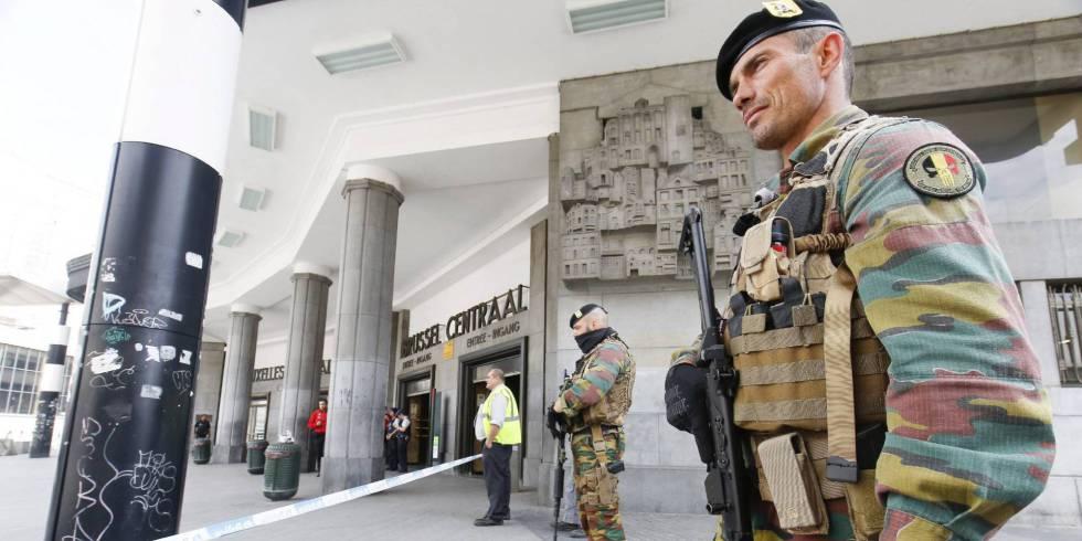 Militares custodian la estación de Bruselas ante la presencia de un paquete sospechoso que se demostró inofensivo semanas atrás.