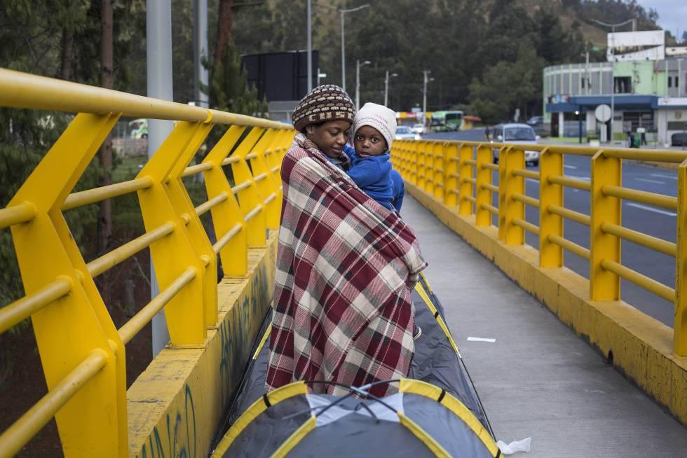 Una madre con su hijo en el puente fronterizo.