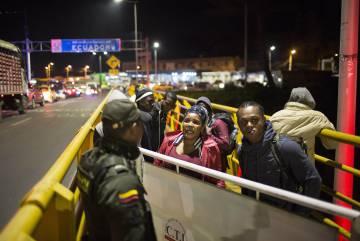 Un policía fronterizo habla con los migrantes.