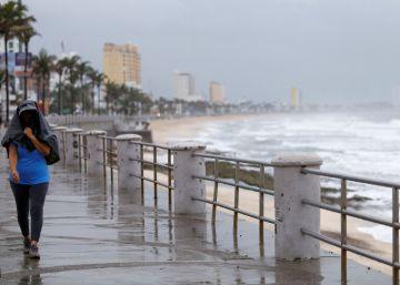 Javier se debilita en las costas de México