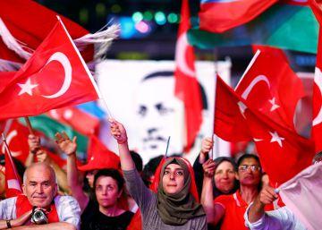 Ankara busca a más de 300 supuestos golpistas huidos