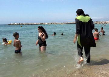 Multadas tres mujeres en Francia por llevar 'burkini'