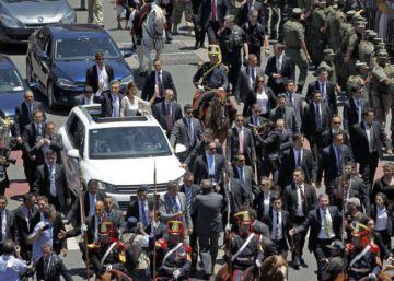 Macri usará carro blindado depois de pedradas em ato público