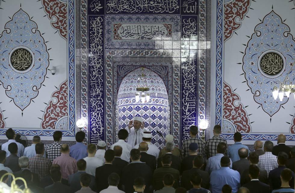 Un imam se dirige a los fieles de una mezquita en Dortmund.