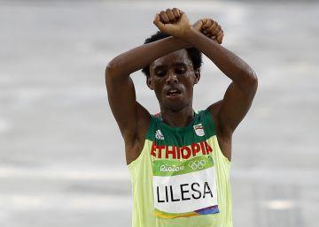 Un etíope critica la represión en su país al ganar la plata en el maratón