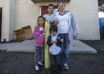 La migrante Ingrid Yamileth Galo, de Honduras, junto con sus hijos Becstin, Yaele y César a la entrada del Centro Comunitario de la Iglesia del Corazón Sagrado en McAllen, Texas.
