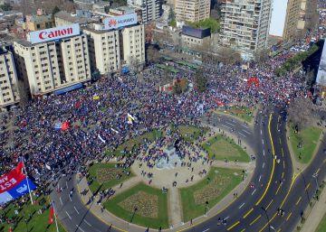 Miles de chilenos protestan contra el sistema de pensiones impuesto por Pinochet
