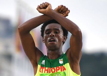 El medallista etíope que criticó a su país se niega a abandonar Brasil