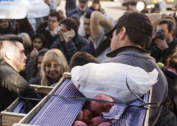 Largas colas en el centro de Buenos Aires para recibir manzanas y peras gratis
