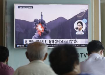 Ciudadanos surcoreanos observan imágenes de televisión de archivo de otro lanzamiento de un misil desde un submarino norcoreano.