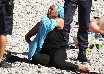 Policías en Niza obligan a una mujer a descubrirse en la playa.