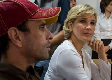 El líder político venezolano Henrique Capriles (i), en una reunión con la precandidata a la presidencia de Ecuador, Cynthia Viteri (c).
