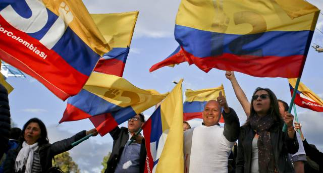 Colombianos celebran el acuerdo de paz con las FARC.