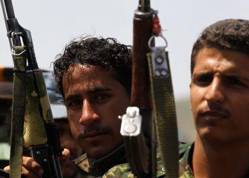 Milicianos Huthi patrullan en un camión en una calle de Saná.