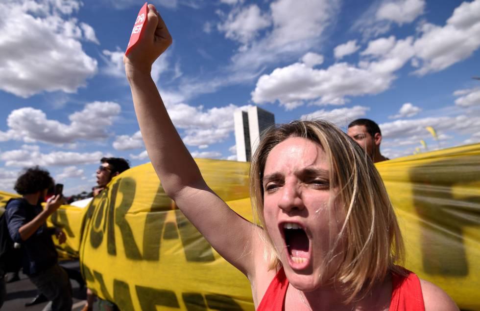 Manifestantes contrários ao 'impeachment', ontem em Brasília,