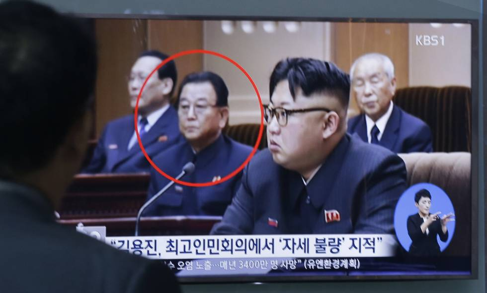 Un hombre mira en televisión a Kim Yong Jin (izq) y al líder norcoreano Kim Jong Un (dcha.), este miércoles en Corea del Sur.