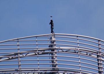 El 'spiderman francés' escala una torre para apoyar a una víctima de violencia