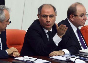 Turquía sustituye por sorpresa a su ministro de Interior