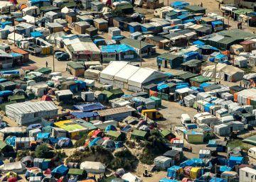 París promete desmantelar el campo de refugiados de Calais, desbordado tras el verano