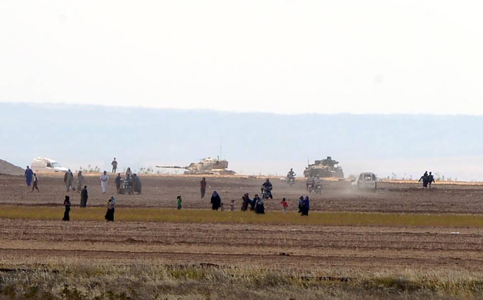 Tanques turcos entran en Siria, de donde huyen civiles, este sábado.