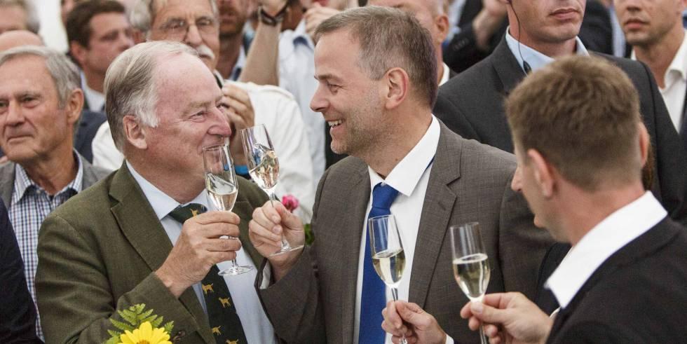 Los dirigentes de AfD Alexander Gauland y Leif-Erik Holm celebran en Berlín el éxito de su partido en las elecciones regionales de Mecklemburgo-Pomerania.