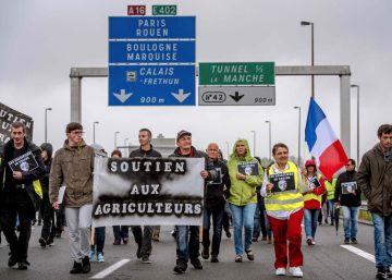 Protesta de vecinos y camioneros en Calais contra los migrantes de 'La Jungla'