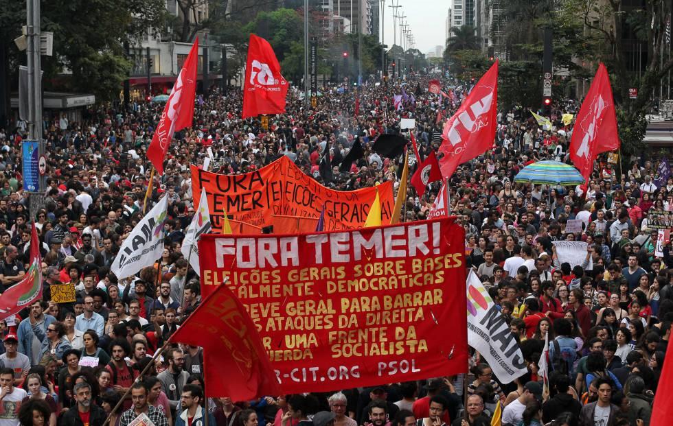 Manifestantes brasileños protestan contra la presidencia de Michel Temer en São Paulo