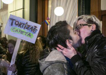 Un 'besazo' contra la discriminación homosexual en Argentina