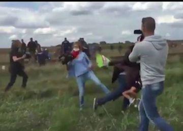 La Fiscalía húngara acusa de vandalismo a la reportera que pateó a refugiados