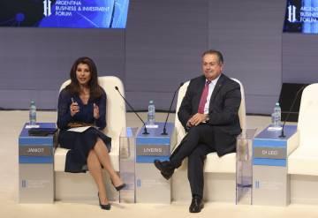 La periodista Patrica Janiot y el CEO de Dow Chemical, Andrew N. Liveris.