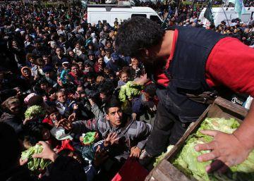 Cientos de argentinos se agolpan por comida a pocos metros del Foro de Inversiones