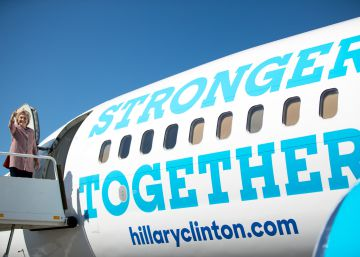 Clinton regresa a la campaña con Trump más cerca en los sondeos electorales