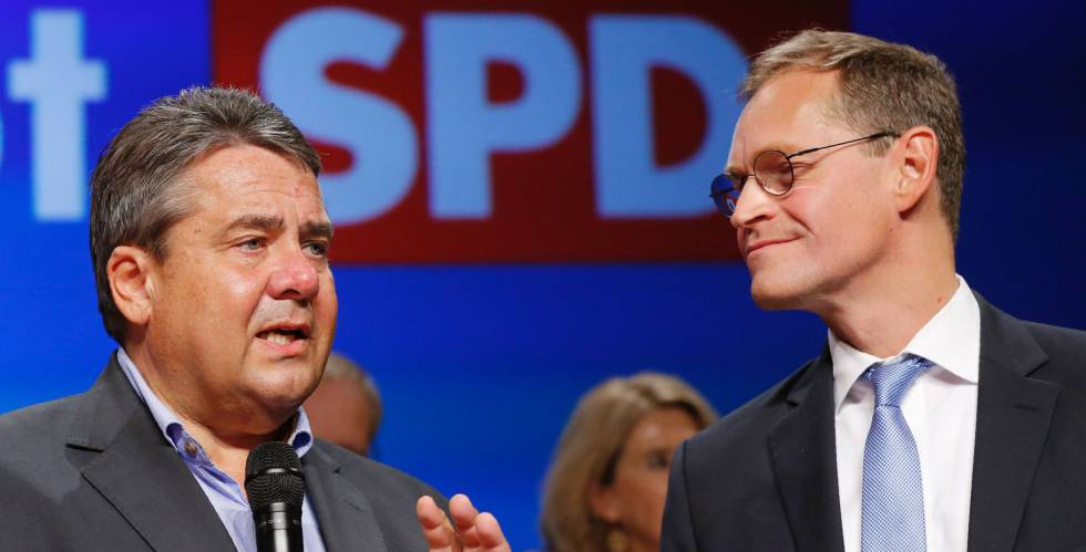 El vicecanciller y líder socialdemócrata, Sigmar Gabriel, y el alcalde de Berlín, Michael Müller, tras conocerse los primeros resultados de las elecciones del domingo. rn