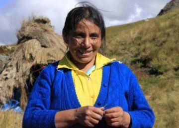 Empleados una empresa minera atacan a la premio Goldman de Perú