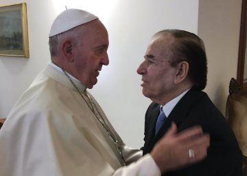 Francisco recibe por una hora al polémico expresidente Menem