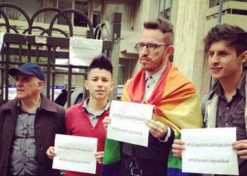 Una senadora colombiana busca cambiar la Constitución para prohibir la adopción de parejas gais
