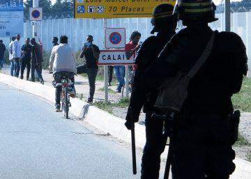 Refugiados y policías se enfrentan de nuevo en Calais