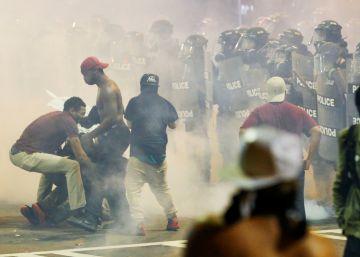 Un herido grave en la segunda noche de protestas en Charlotte por la muerte de un negro a manos de la policía