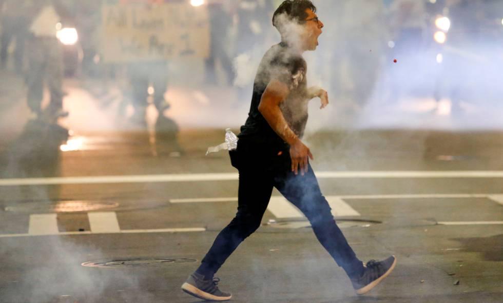 Un manifestante en medio de las protestas.