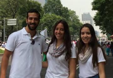 Los hermanos Santiago, Regina y Fernanda en la marcha del Frente por la familia